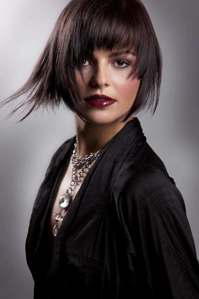 Sestříhané vlasy vypadají dobře v krátkých i dlouhých účesech.