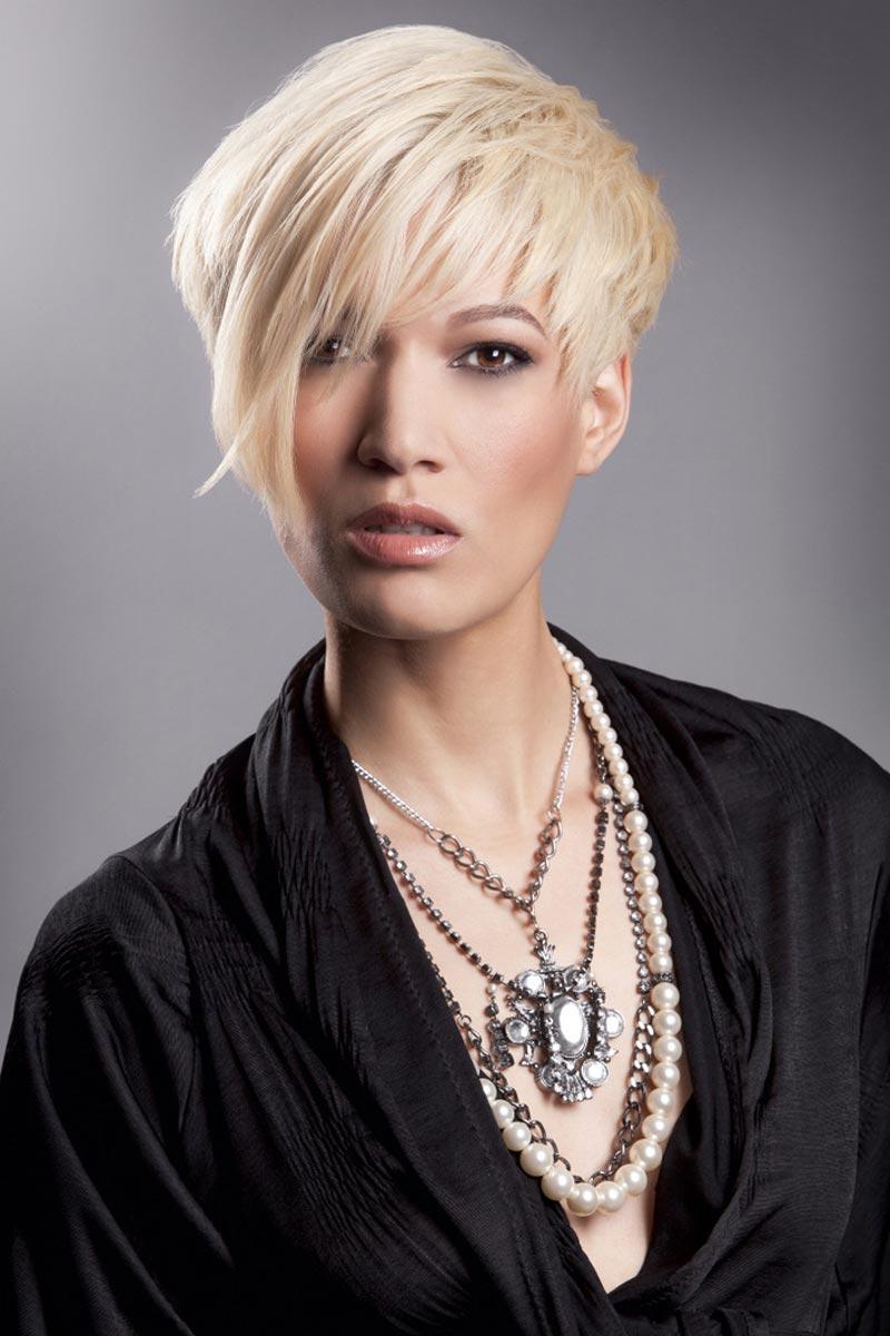 Sestříhané vlasy jsou řešením pro různé délky i barvy vlasů.