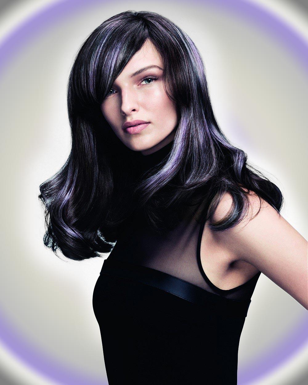 Dlouhé černé vlasy se stříbřitě fialovým meírem. (Účesy jsou z kolekce SHINE – Davines Collection 2015 a za účesy stojí kadeřník Angelo Seminara.)