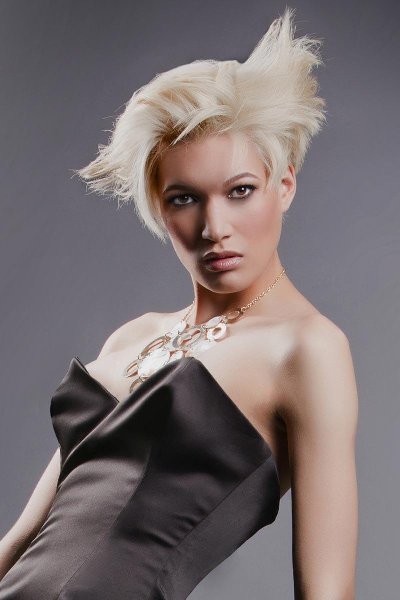 Sestříhané vlasy potřebují dotvarovat stylingem.