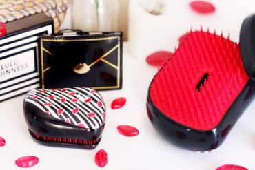 Dvě slavné britské značky spojily svět krásných vlasů a módních doplňků a vznikla žhavá designová novinka – kartáč Tangle Teezer od Lulu Guinness.