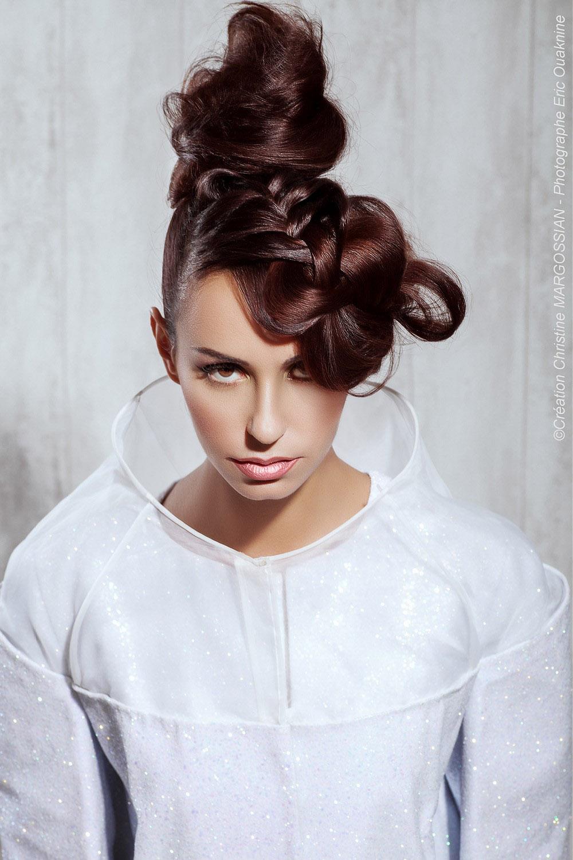 Svatební účesy z dlouhých vlasů 2015 – pletení nemusí vypadat staromódně. Inspirujte se moderní kolekcí svatebních účesů od Christine Margossian.