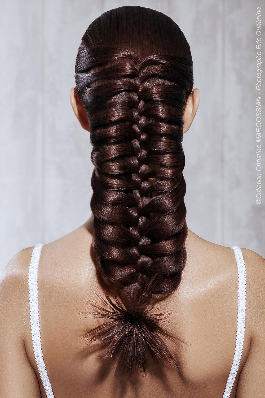 Rybí cop nebo vánočka? Tento svatební účes z dlouhých vlasů bude každý obdivovat. (Kadeřník: Christine Margossian)