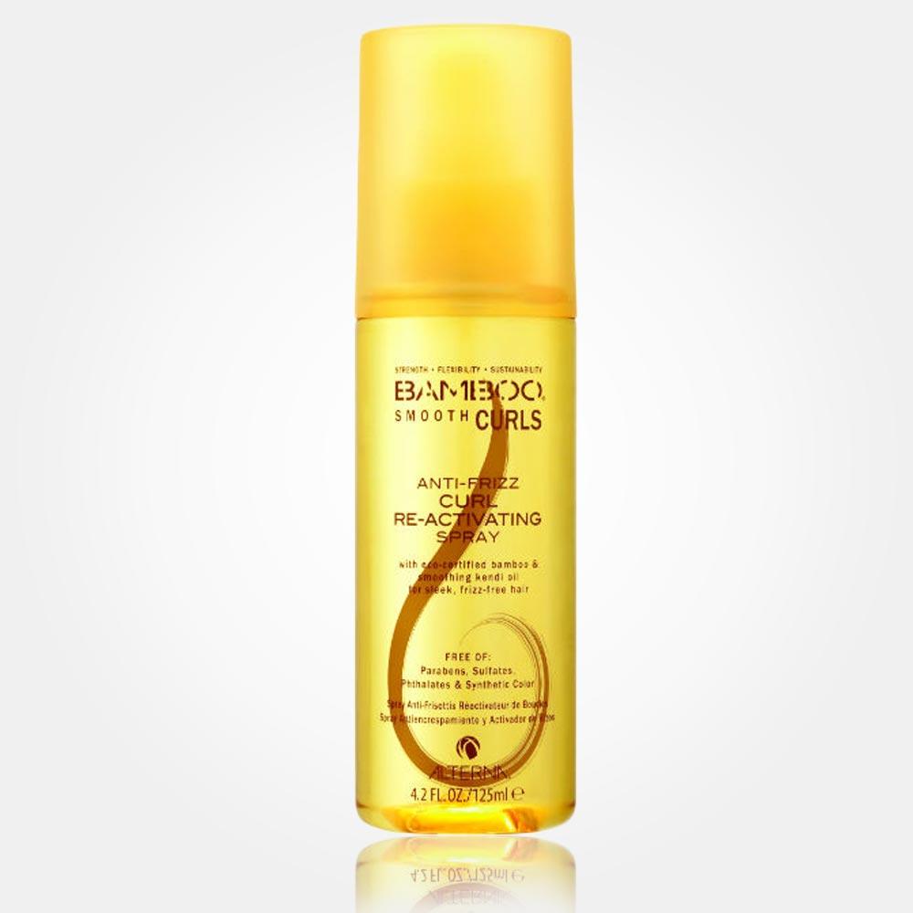Alterna Bamboo Smooth Curls Anti-Frizz Curl Re-Activating Spray je lehoučká mlha, která reaktivuje, obohacuje a krotí kudrliny bez zatížení vlasu. Vlny jsou po aplikaci jemné, hebké, příjemné na dotek. Skvělý přípravek na večer, nebo na ranní oživení vlnitých kadeří.