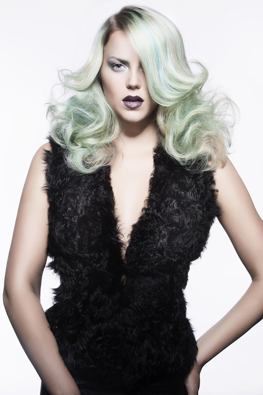 Kouřové líčení vlasů může být i v pestrých barvách.