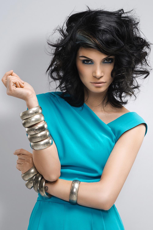 Stříbrný lak v tmavých vlasech umí efekt kouřového líčení tmavých vlasů ještě více zdůraznit.