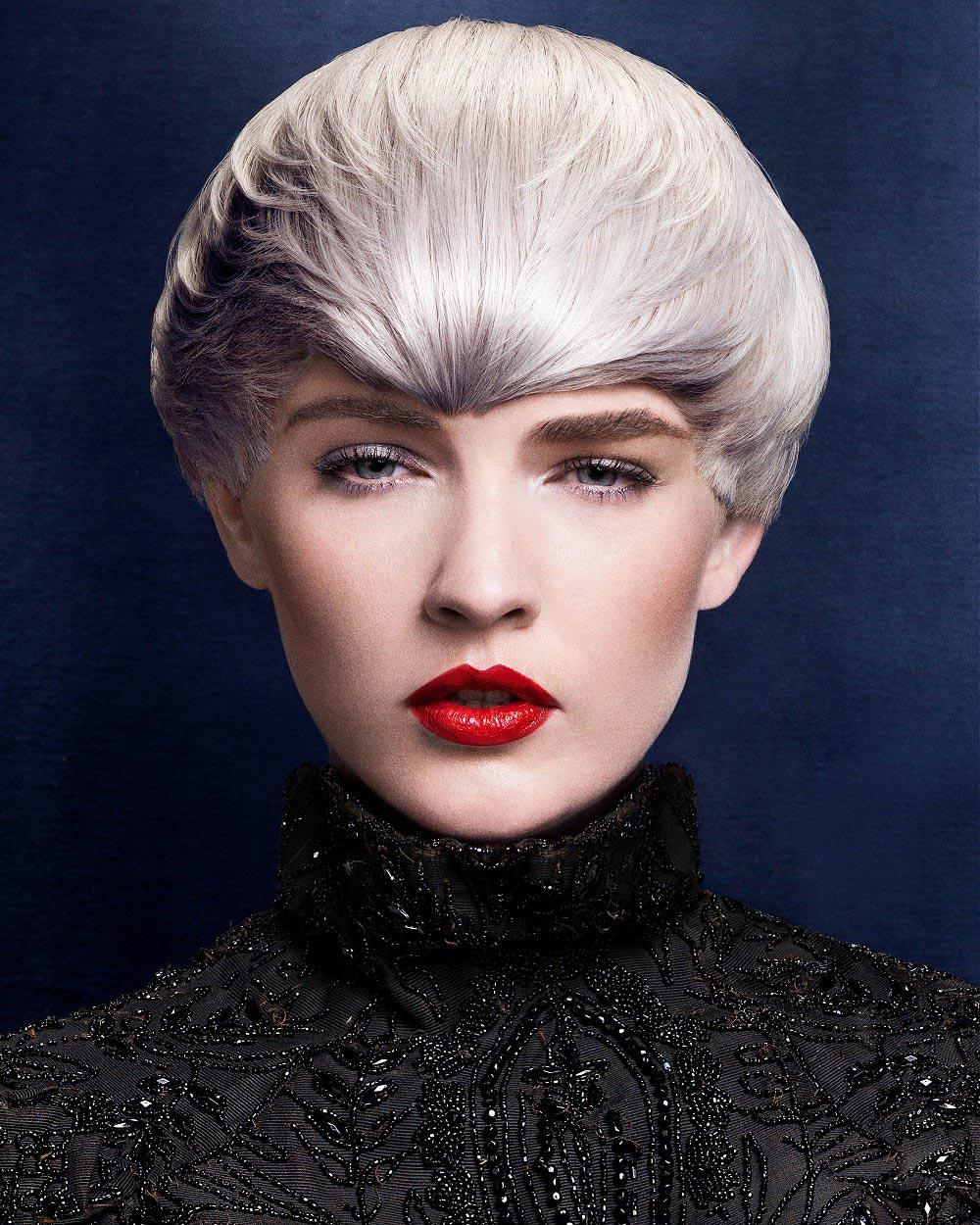 Platinová blond ve vlasech je jako jarní bílé kvítí. Inspirujte se účesem z kolekce Midnight Rendezvous Collection od Michael John.