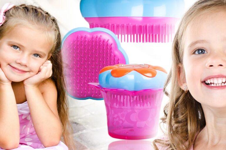 Víte, že se revoluční kartáč na vlasy Tangle Teezer prodává i jako dětský kartáč? Tangle Teezer pro děti vypadá jako kytička a schová i pár sponek.