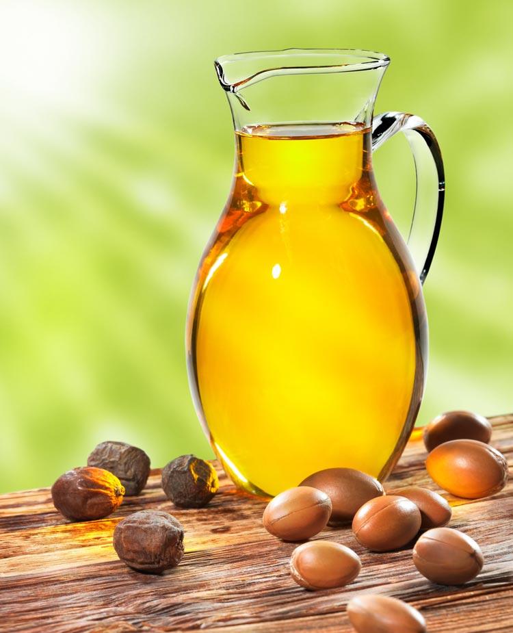 Arganový olej je velmi bohatý na vitaminy a esenciální mastné kyseliny. Díky svému složení má velmi pozitivní účinky na kvalitu vlasu i pokožky. Potřebné látky dodává zejména suchým a poškozeným vlasům, které hydratuje a vyživuje.