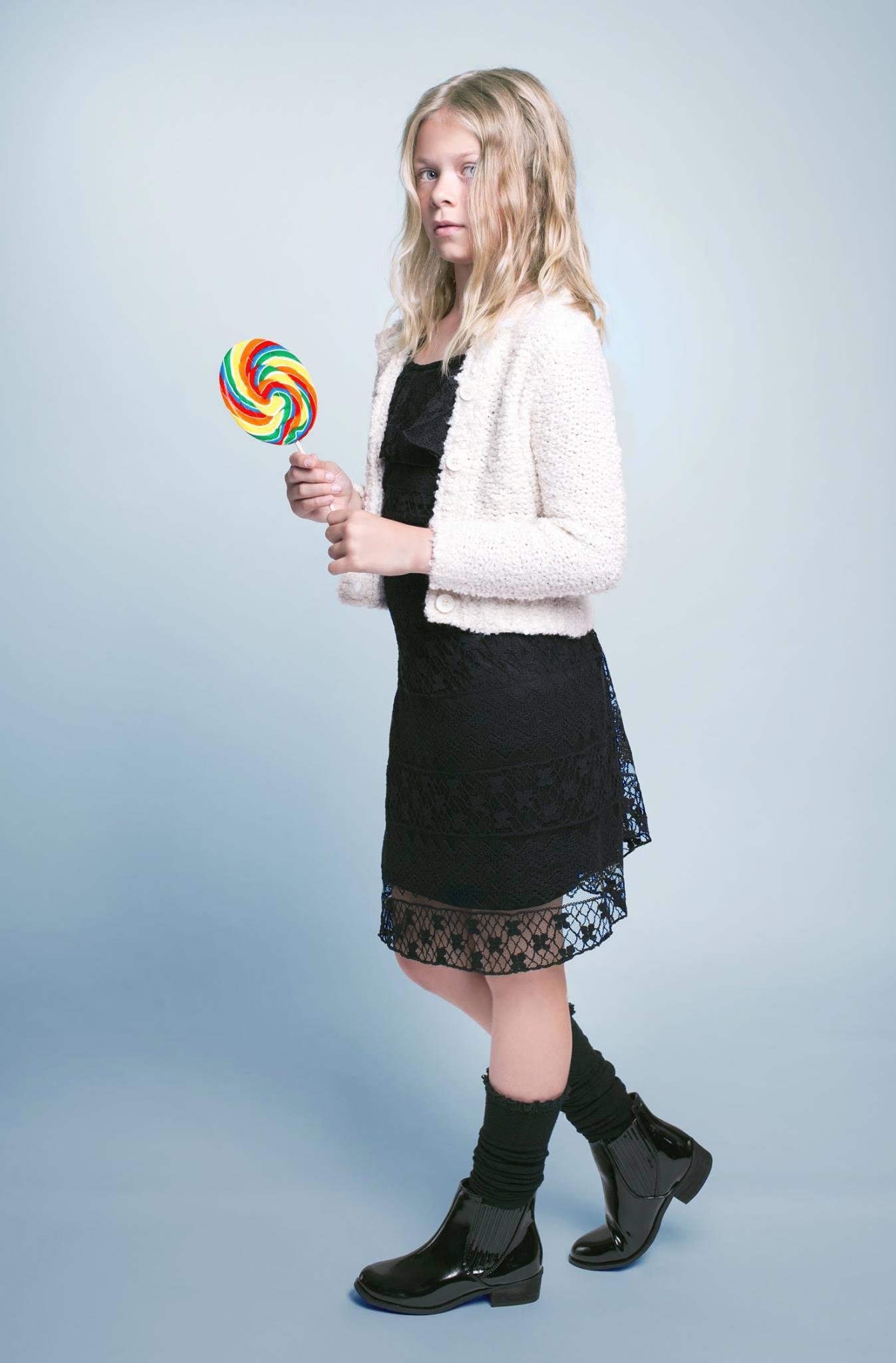Dívčí účes z kolekce Terezy Nové Nativiti pro Bomton. Blond vlny doplňuje pěšinka uprostřed.