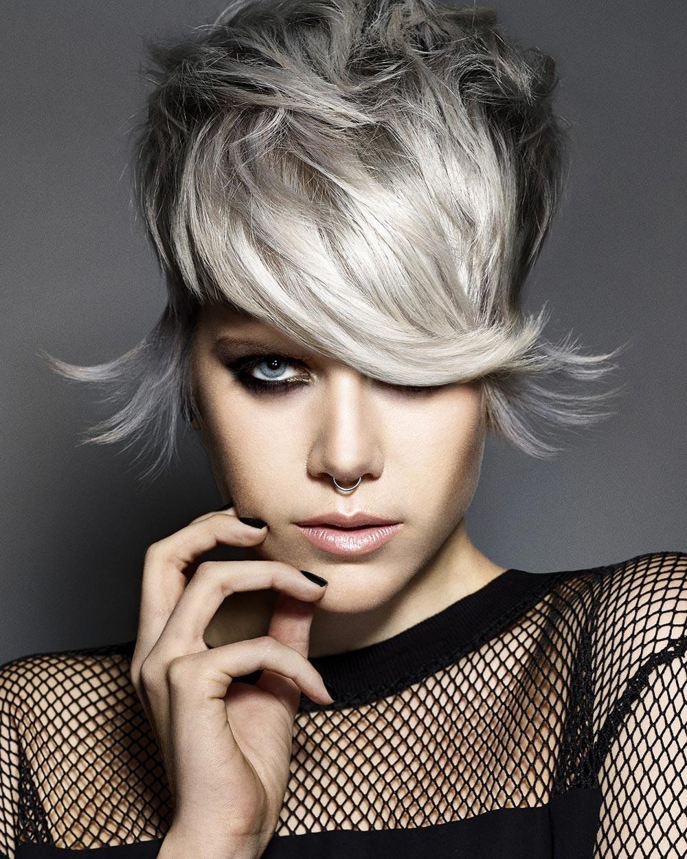 Krátký střih v módní stříbrné barvě od Francesco Group. (Vlasy: James Earnshaw – Francesco Group, make-up: Becky Hunting, foto: Richard Miles)