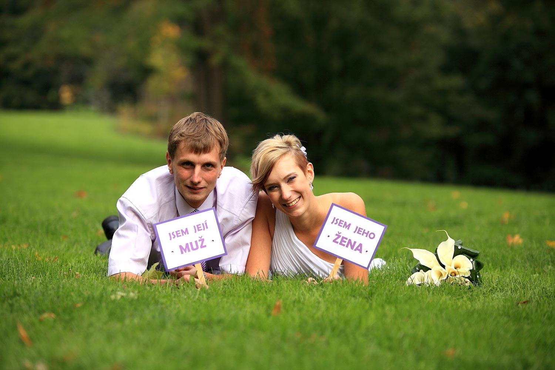 K focení svatby patří i inscenované fotografie ženicha a na nevěsty. Právě z nich budete mít největší radost! (Foto: Jan Friesner, focení svateb ve městech Olomouc, Prostějov, Přerov, Šternberk a v jejich okolí)