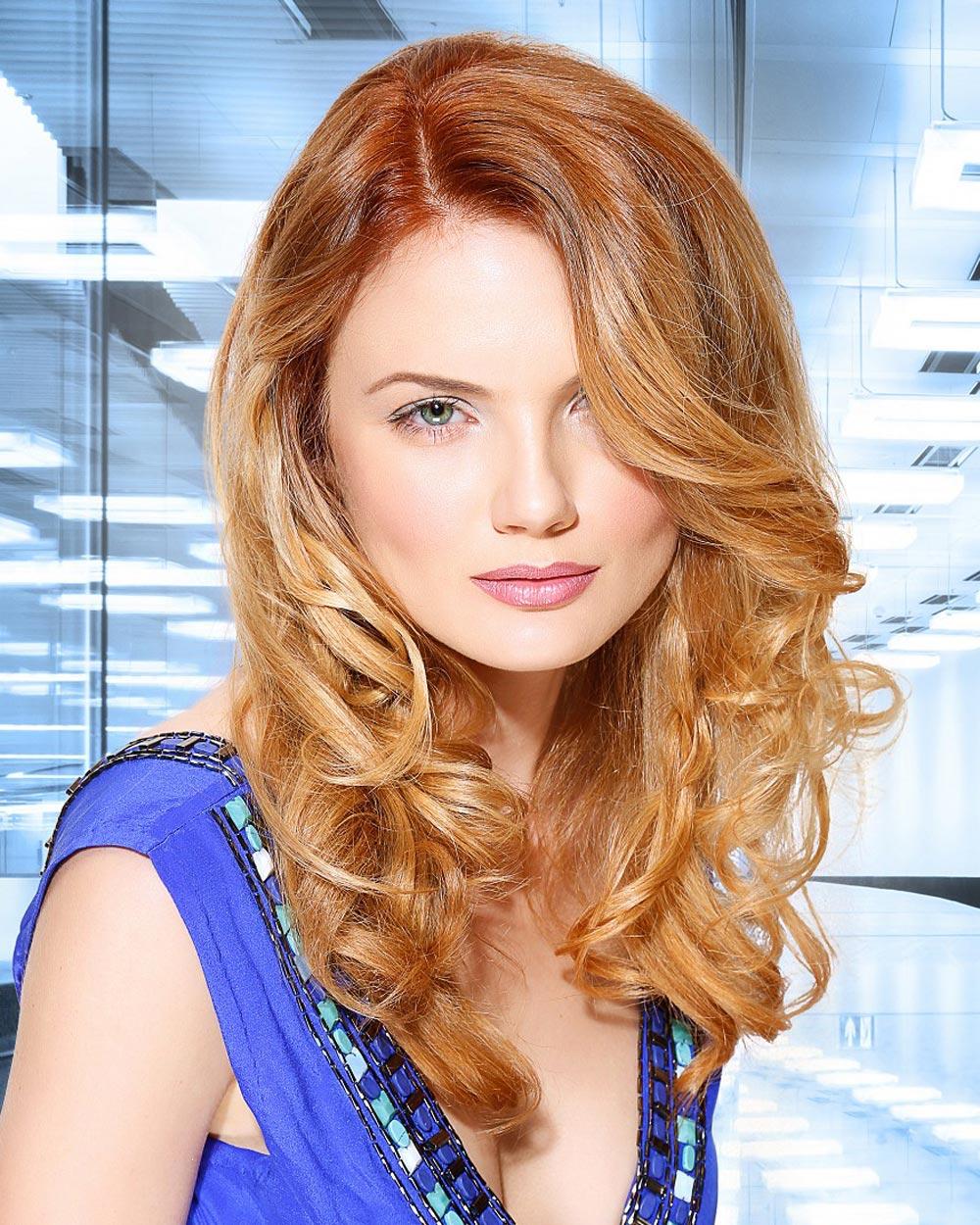 Jahodová blond je přirozeně vypadajícím blond odstínem hraničícím s módní měděnou barvou na vlasy. (Kolekce: Romantic Elegance Collection, vlasy: L Salon & Color Group)