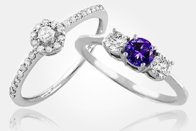 Vlevo: Tradiční zásnubní prsten s diamanty z bílého zlata. Cena: 15 890 Kč. Vpravo: Prsten z bílého zlata s tanzanitem a diamantem vhodný jako zásnubní prsten. Cena: 11 890 Kč. (Dodává: Klenotnictví Klenota)