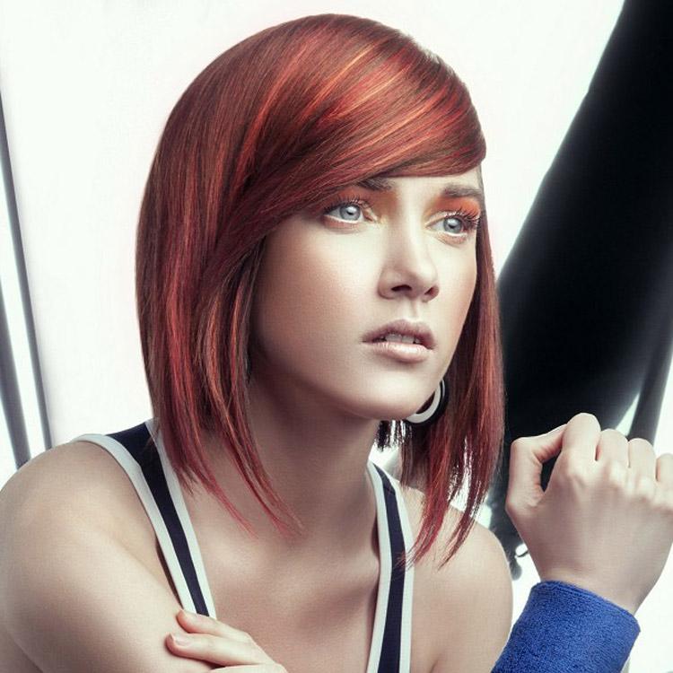 Červená barva na vlasy jako melír v odstínu barvy roku Marsala. Účes je z kolekce Farouk – Electrify Collection 2015. Za účesem stojí umělecký ředitel Rocky Vitelli.