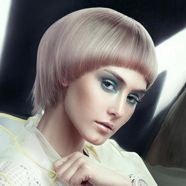 Červená barva na vlasy v Marsala odstínu oživila dokonce i účes pro blondýnky. Účes je z kolekce Farouk – Electrify Collection 2015. Za účesem stojí umělecký ředitel Rocky Vitelli.