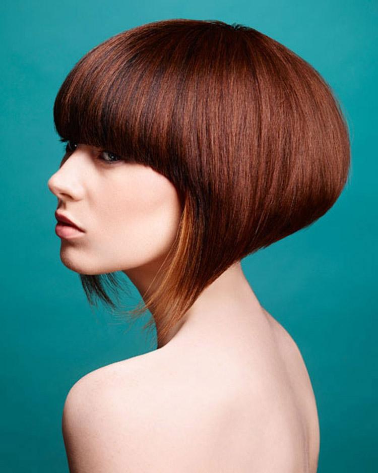 Mikádo podkova je často doprovázeno výrazně kratší zadní částí. Účes je z kolekce Pure od Haringtons Hairdressing.
