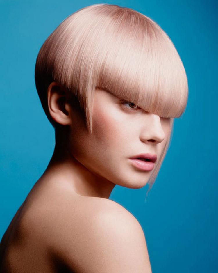 Extra krátké mikádo lze pokládat také za bob. Zdobí jej nejen nádherná mokka-růžová barva, ale také dokonalá ofina. Účes je z kolekce Pure od Haringtons Hairdressing.