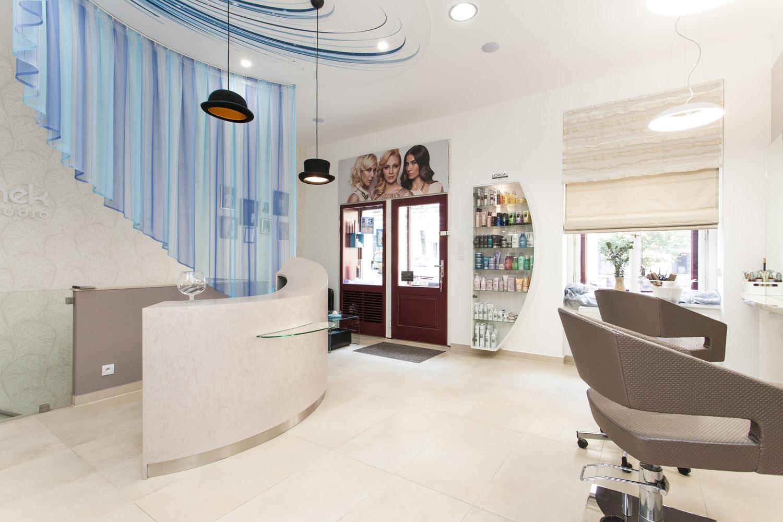 Novému interiéru kadeřnictví Honzy Kořínka vévodí pastelové barvy a zajímavé detaily.