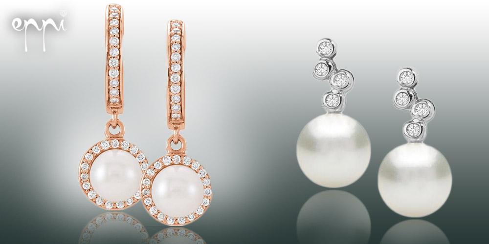 Perlové náušnice jsou univerzální luxus. V ušním lalůčku můžete mít prostou perlu, nebo zvolit malinko zdobenější perlové náušnice. Koupíte je v internetovém klenotnictví Eppi.cz.