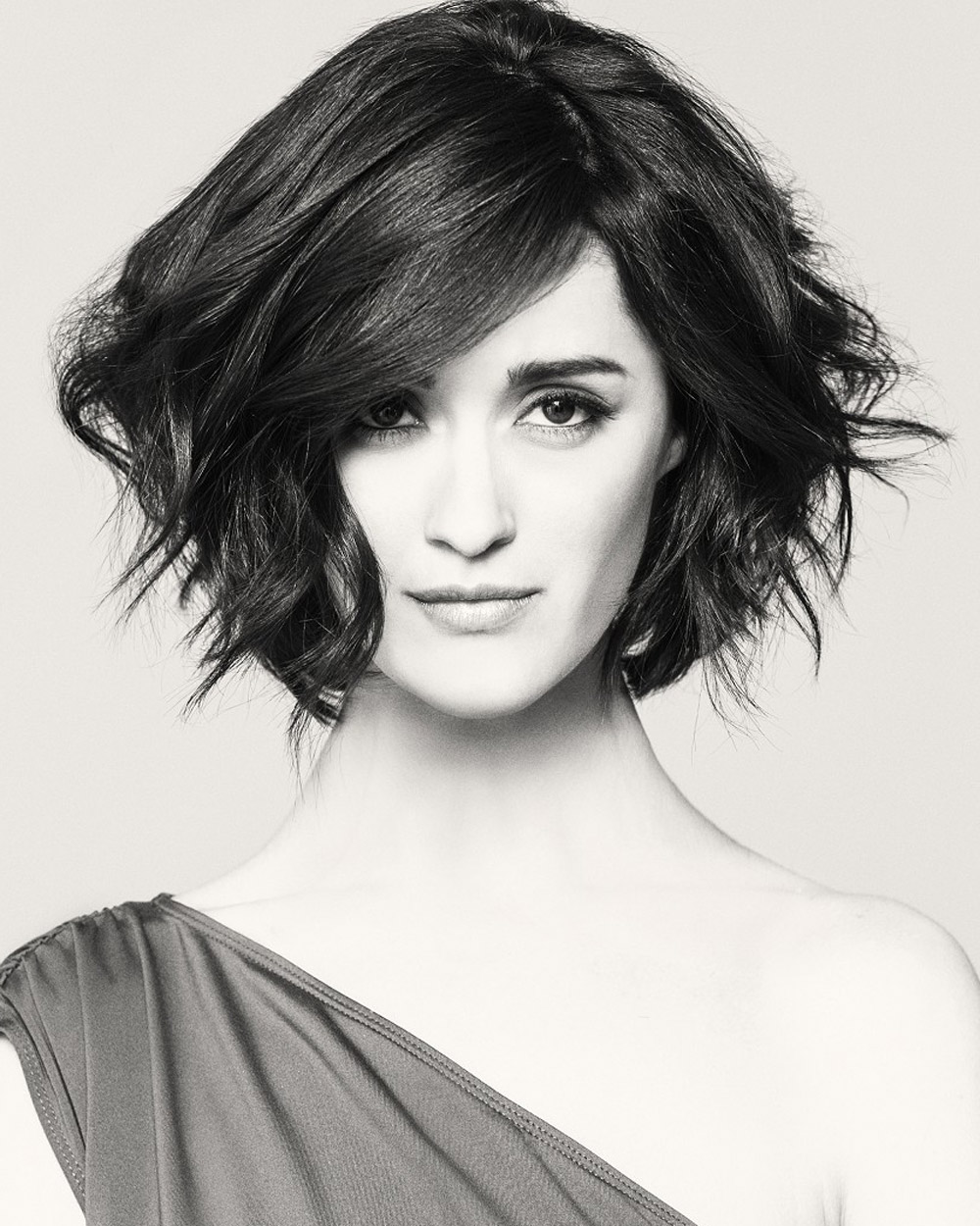 Wavy bob (Mary Brunetti – Ready to Wear, nové kolekce Intercoiffure America/Canada od Mary Brunetti, vlasy: Mary Brunetti, foto: Babak, make-up: Ilise Harris)