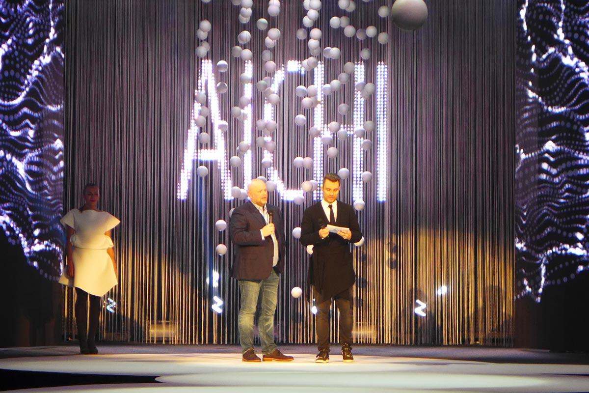 Galavečer AICHI 2015 moderoval Leoš Mareš, který je mimochodem větrným klientem pořadatele akce, Bomton studií. Na fotce s majitelem Bomton studií Karlem Kadlecem (vlevo).