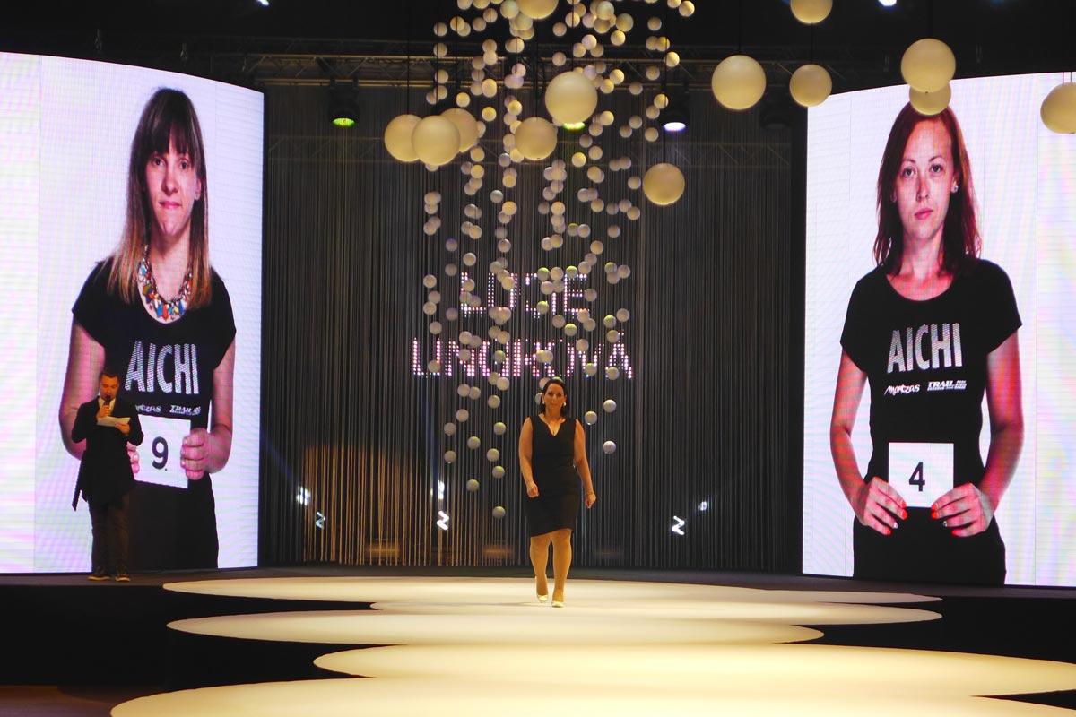 Lucie Ungrová z Kadeřnictví Mondani v Židlochovicích při představování finalistů – to ještě netušila, že se stane dokonce hned dvojnásobnou vítězkou soutěže AICHI 2015.