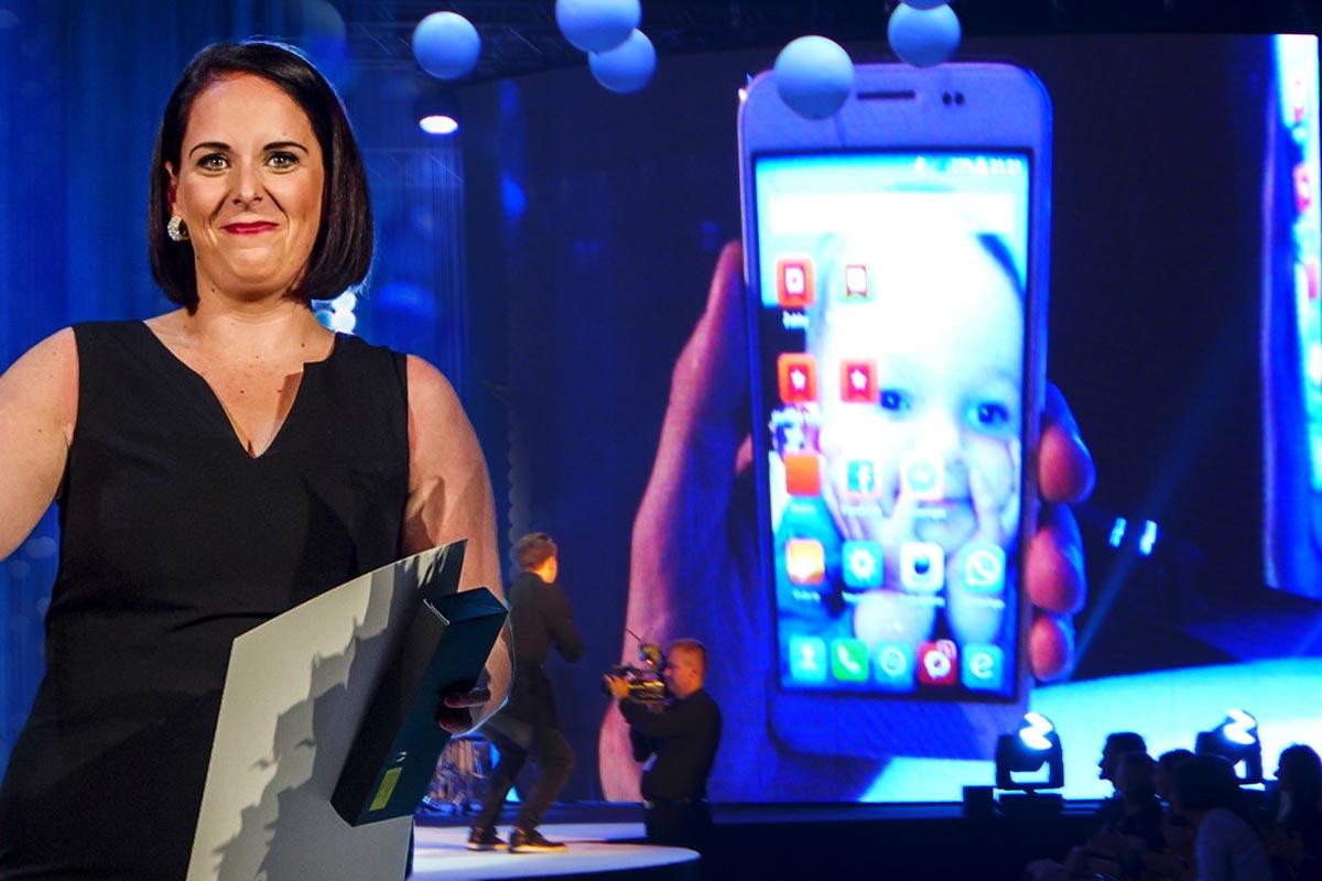 Lucie Ungrová na galavečeru AICHI 2015 ukázala při předávání ceny i svého malého syna.