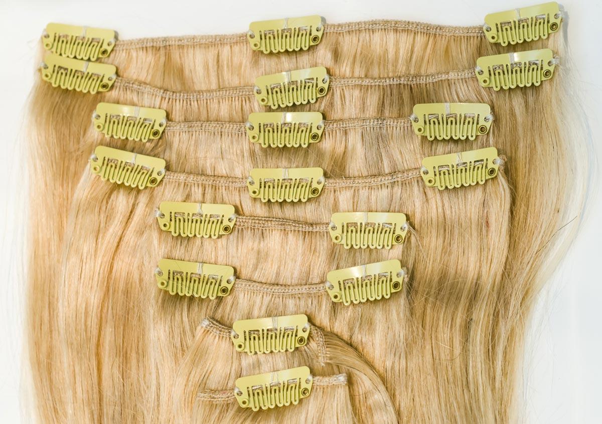 Prodloužit si vlasy levně a rychle sama doma můžete pomocí clip-in vlasů. Jde o několik pásů vlasů s rychloupevňovacími clip-in sponkami, které na hlavě perfektně drží a nesklouzávají.