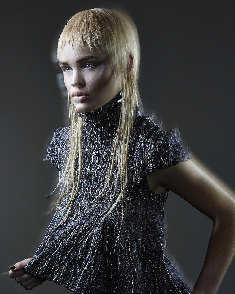 Střihy pro dlouhé vlasy 2016 – é SALON, kolekce Fluidity (vlasy: Emiliano Vitale, make-up: Chereine Waddell, fotografie: Robert Lobetta, styling: Fleur Egan.)