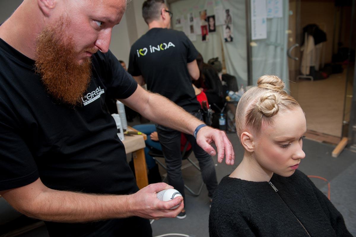 FASHION LIVE! 2015 a účesy pro Borise Hanečku – pečlivá kadeřnická práce na zaplétaném drdolu s wet efektem.