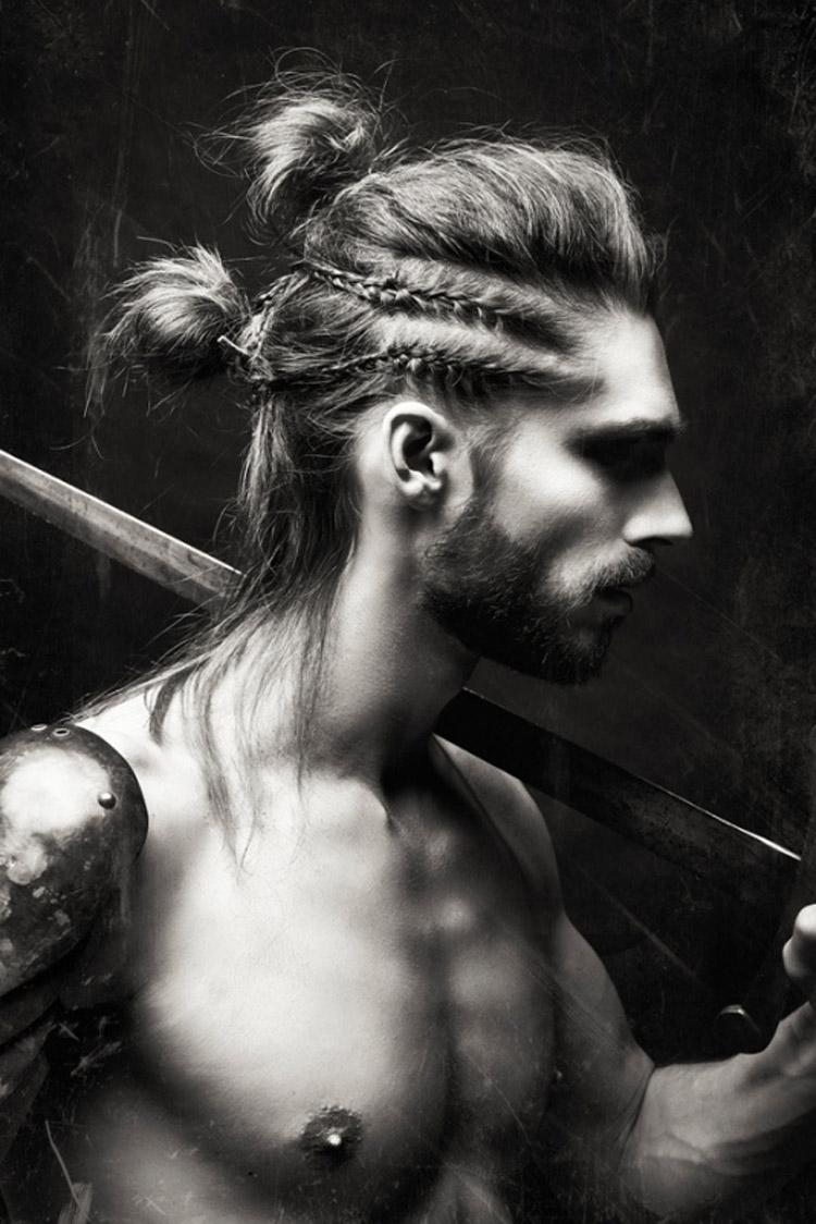 Pánská móda 2016 pro vlasy Paul Pereira se nebojí dámského prvku – pletených copánků.