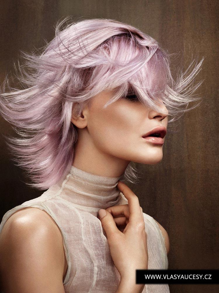 Barva roku 2016 Rose Quartz vrací růžovou barvu vlasů opět do hry. Blondýnky se změní na Růženky. S polodlouhým účesem shag budete neodolatelné. Účes je z kolekce Sharon Malcolm (BHA 2015).