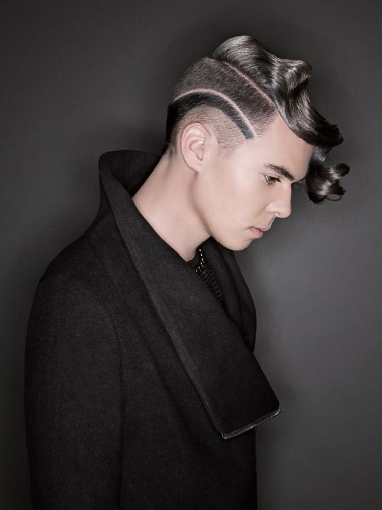 Šedé vlasy jako pánské účesy 2016 – krátké vlasy pro muže s módní kresbou a přirozeně zvlněnou dlouhou ofinou.