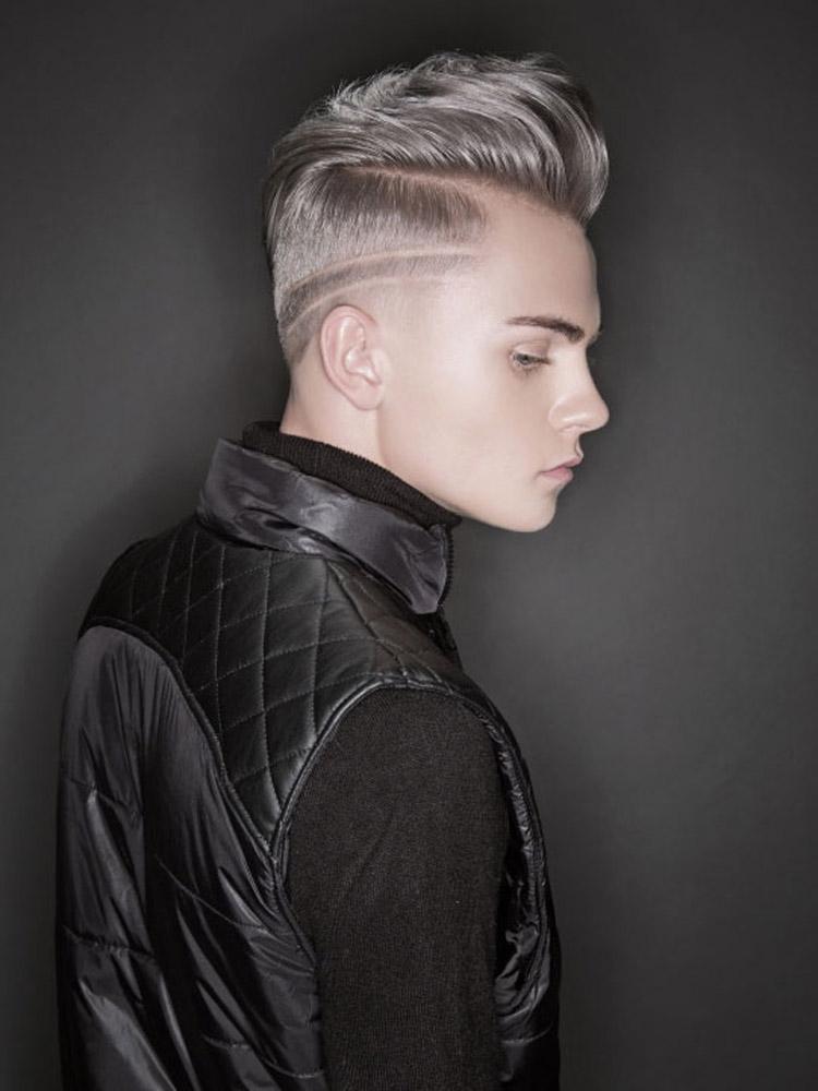 Šedé vlasy jako pánské účesy 2016 – krátké vlasy pro muže s módní kresbou a mohawk stylem vyčesání ofiny.
