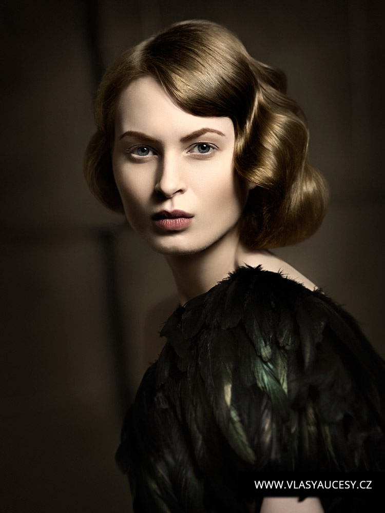 Dlouhé vlasy 2016 jako hladké drdoly a výčesy. (Leisa Stafford / British Hairdressing Awards 2015)