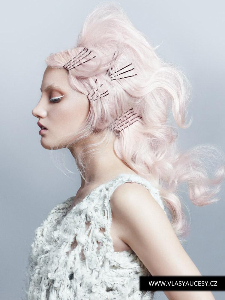 Dlouhé vlasy 2016 zdobené obyčejnými vlásenkami a pukačkami jako luxusní bižuterií pro vlasy. (Sophie Springett / British Hairdressing Awards 2015)