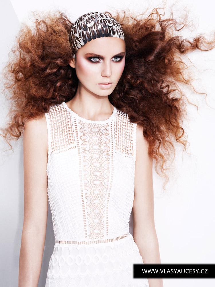 Dlouhé vlasy 2016 zdobené obyčejnými vlásenkami a pukačkami jako luxusní bižuterií pro vlasy. (Jill Watkins / British Hairdressing Awards 2015)