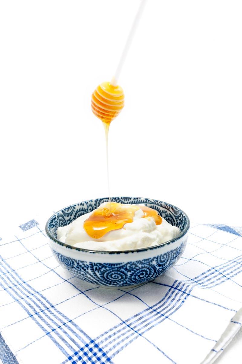 Jogurt a med, spolu i samostatně, jsou ideálními ingrediencemi pro přírodní péči o vlasy.
