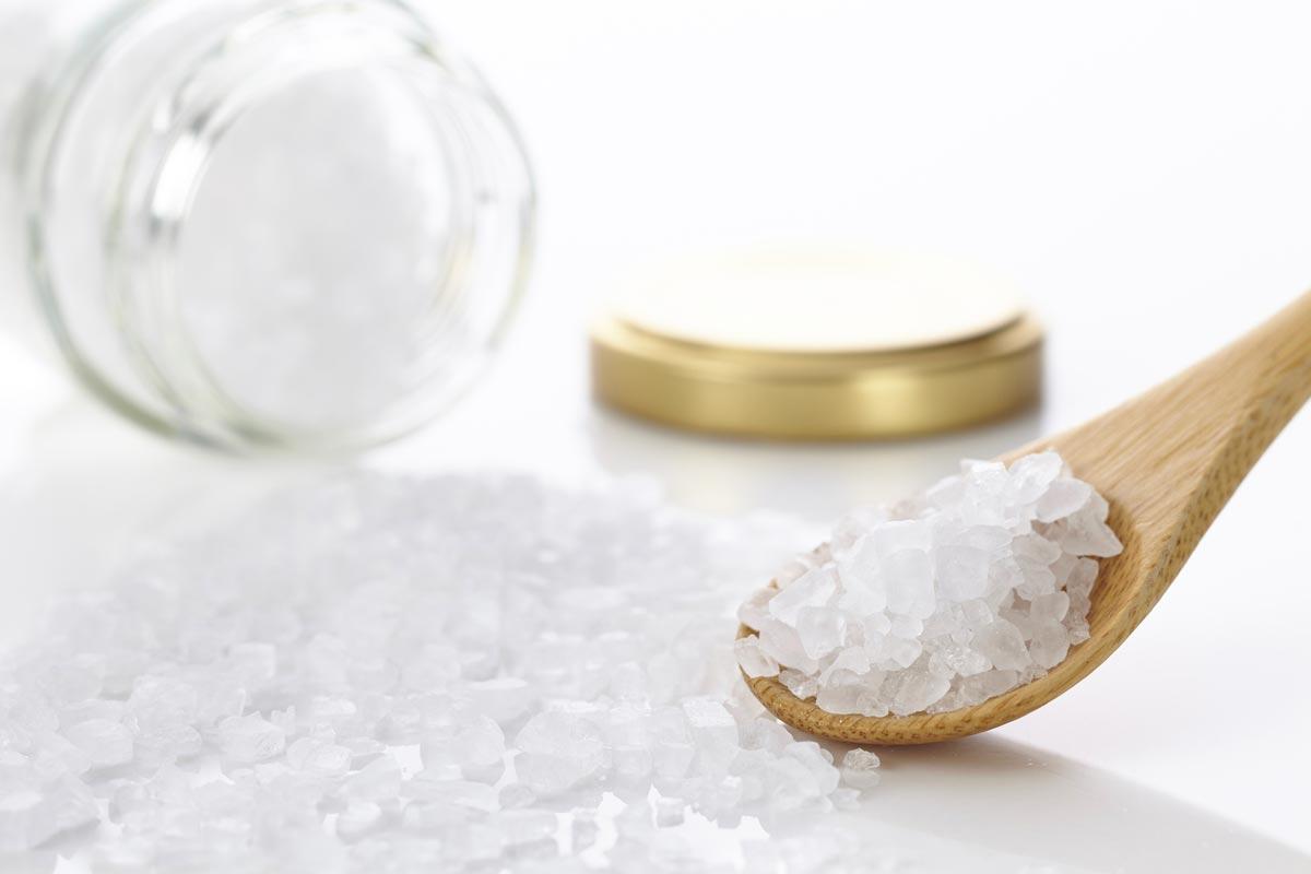 Hrubě drcená kamenná sůl je dokonalý peeling pro vlasovou pokožku. Současně se z ní děla stimulační masáž hlavy.
