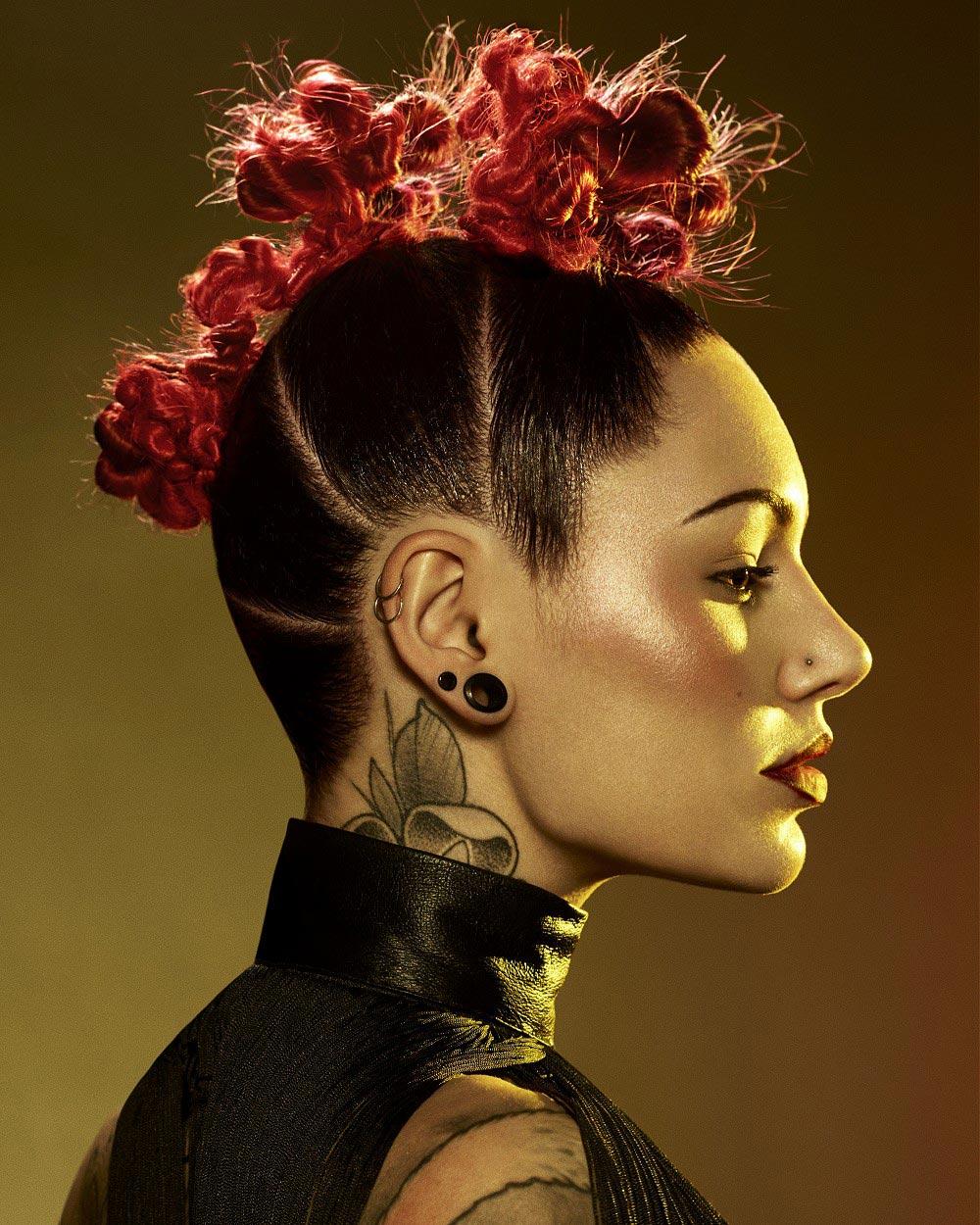 Drdol á la pletený mohawk z kolekce Halo Hair (vlasy: Joseph Ferraro @ Halo Hair & Beauty / Harrogate, barvy: Natalie Garcia Sanz, make-up: Emily Jane Williams, styling: Siouxsie, foto: Richard Miles.)