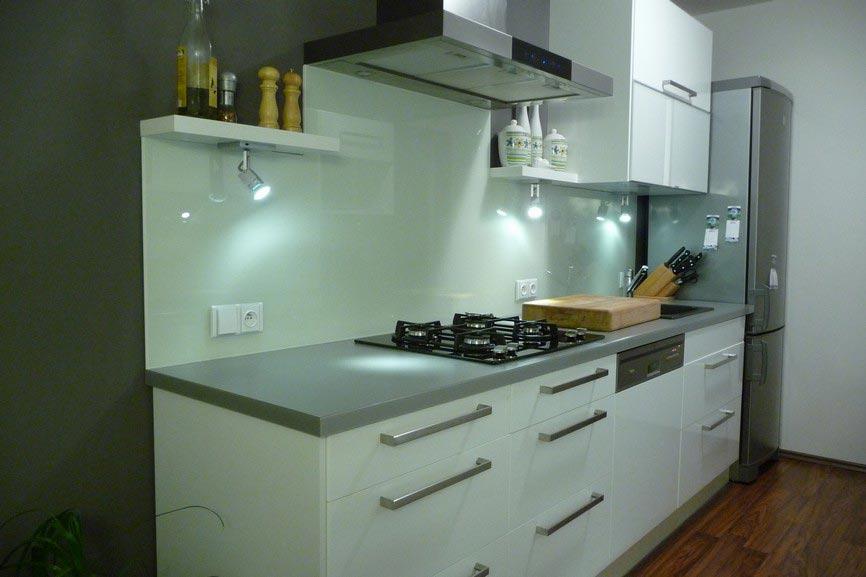 Barevná skla na míru dobývají moderní interiéry. Dodává je společnost HM-sklo.