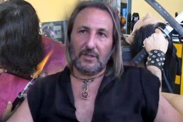 Španělský kadeřník přezdívaný Střihoruký Edward kouzlí s ohněm, mečem a prstovými nůžkami. Na videu předvádí zcela novou revoluční metodu střihu vlasů.