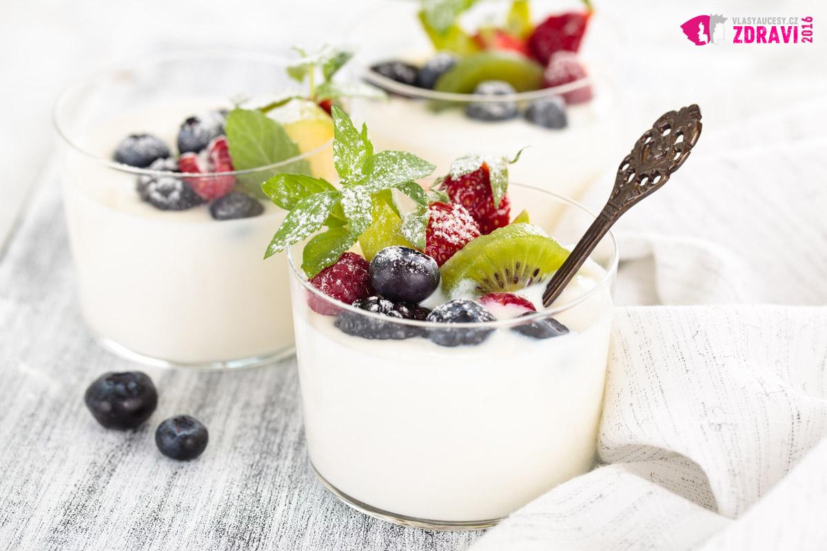 Naučte se mlsat denně řecký jogurt. S Cereáliemi nebo ovocem je to výtečná pochoutka. Osladit život si můžete přidáním kvalitního džemu nebo medu. Řecký jogurt chrání vlasy před řídnutím a kvalitně ovlivňuje jejich růst.