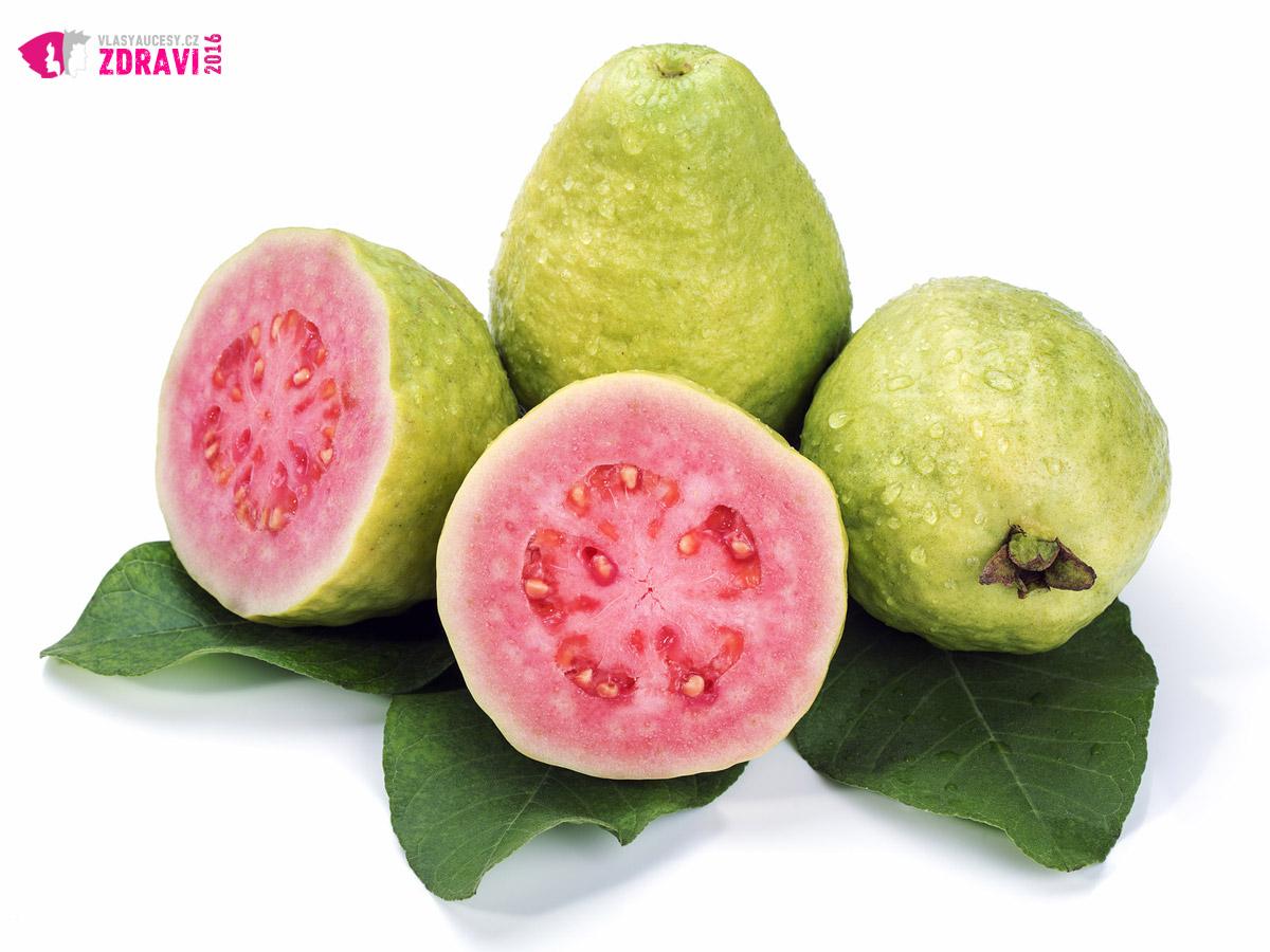 Vneste do svého života exotiku. Zkuste si smlsnout na guavě. Guava je doslova vitaminovou bombou, zejména pokud jde o obsah vitamínu C. Jeho nedostatek může vést k lámavosti vlasů. Vitamín C však najdete i v našem ovoci – co tak černý rybíz? Nezapomeňte, že tepelnou úpravou se vitamín C ničí.