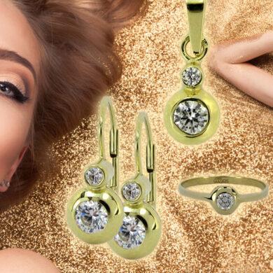Zlaté šperky se k blond vlasům hodí dokonale. Musíte je ale správně sladit. Velký výběr zlatých šperků nabízí Šperkin.cz.