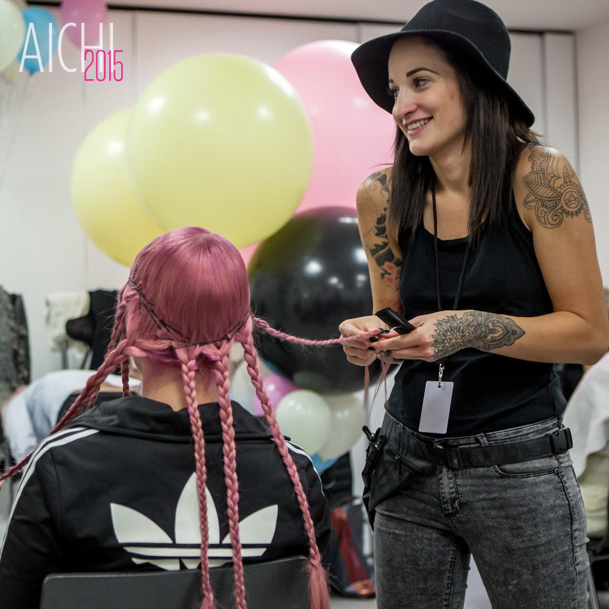 Kadeřnice Adéla Kodetová při přípravě účesů pro své show na galavečeru AICHI 2015.