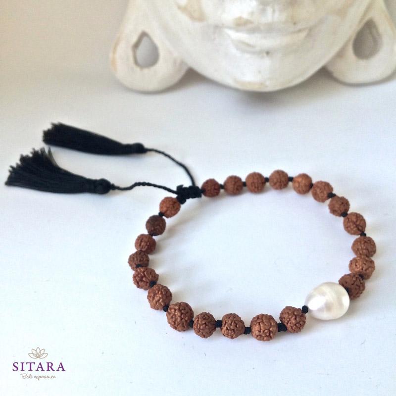 Jogínský náramek s říční perlou ze semínek rudrakshi z e-shopu Sitara.