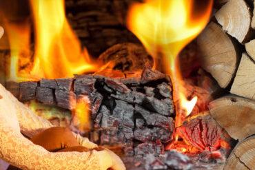 Topte kvalitním dřevem! Je to romantické a ekologické současně. Důležité je ale kupovat jenom kvalitní a dobře vysušené palivové dříví.