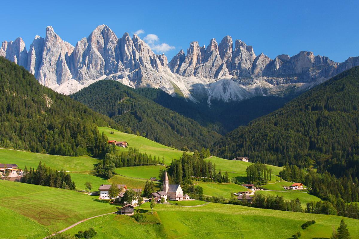 Milujete vysokohorskou turistiku nebo si o dovolené rádi zalyžujete? Italské Dolomity vás uhranou!